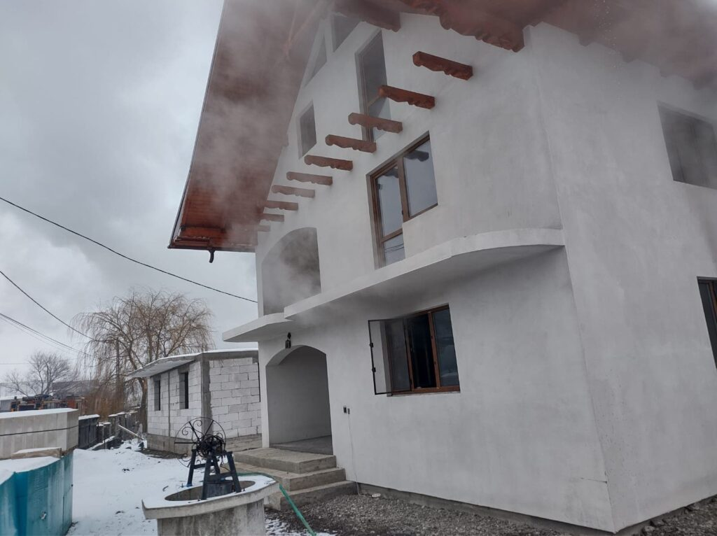 Incendiu la două locuințe din localitatea Dumbrava. Focul a fost pus intenționat VIDEO