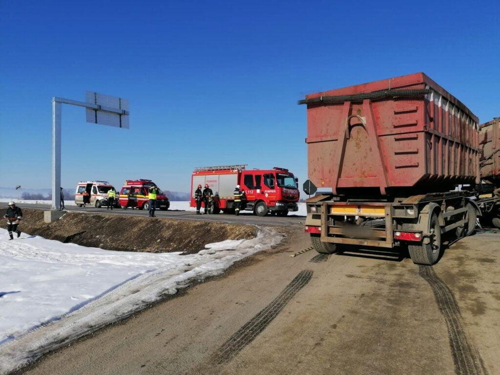 Coliziune între un camion și o autoutilitară, la Rădăuți. Două persoane au fost rănite VIDEO