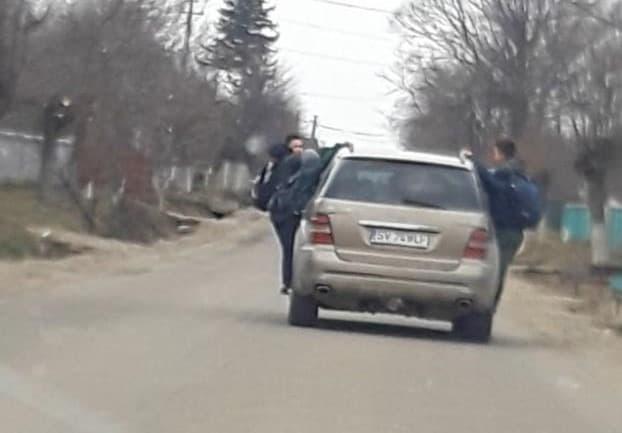 Șoferiță din Zvoriștea amendată după ce a transportat patru copii cocoțați pe mașină
