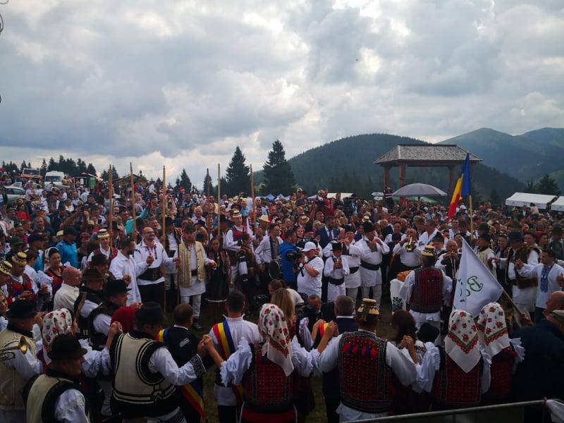 Mii de persoane au participat la festivalul de folclor de la Prislop VIDEO