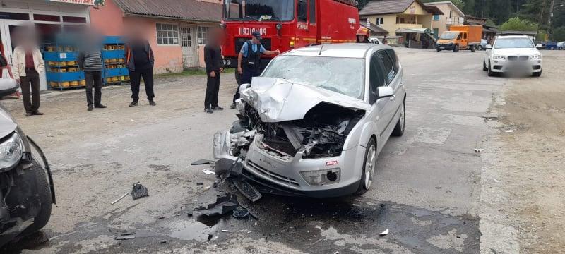 Coliziune frontală între două autoturisme la Broșteni. Patru persoane au fost transportate la spital FOTO