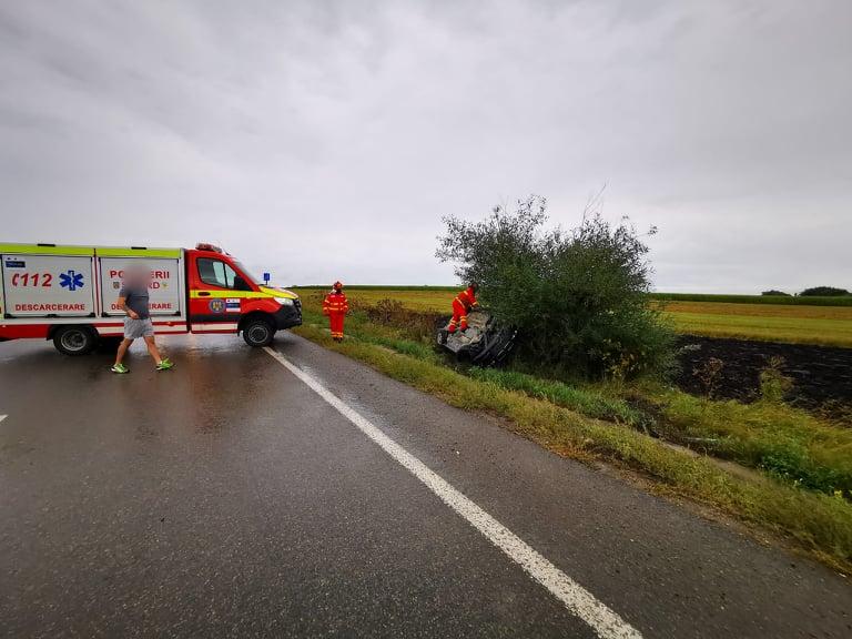 Autoturism răsturnat la ieșire din Stroiești. O femeie și doi copii au fost transportați la spital FOTO