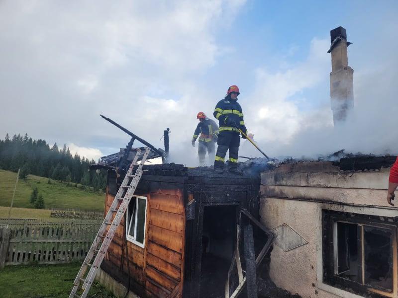 Tragedie la Poiana Negri. O bătrână și-a pierdut viața după ce casa i-a fost cuprinsă de flăcări VIDEO