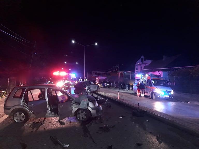 O persoană încarcerată și alte două rănite după ce trei autoturisme au intrat în coliziune, la Fălticeni FOTO VIDEO