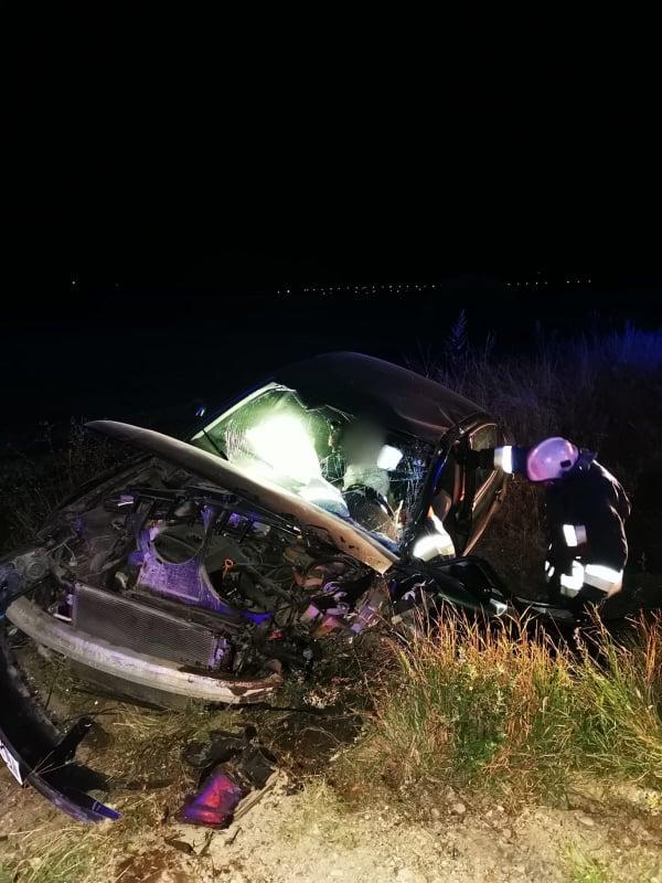 Un autoturism s-a izbit violent într-un cap de pod, la Grămești. Un bărbat a rămas încarcerat FOTO