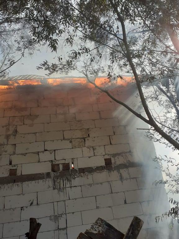 Incendiu la o casă din Voitinel. Două persoane au avut nevoie de îngrijiri medicale FOTO
