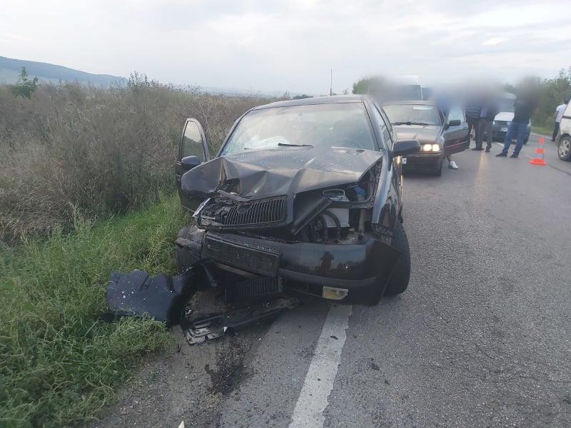Coliziune între două autoturisme la ieșire din Suceava spre Pătrăuți. Trei persoane au fost transportate la spital FOTO