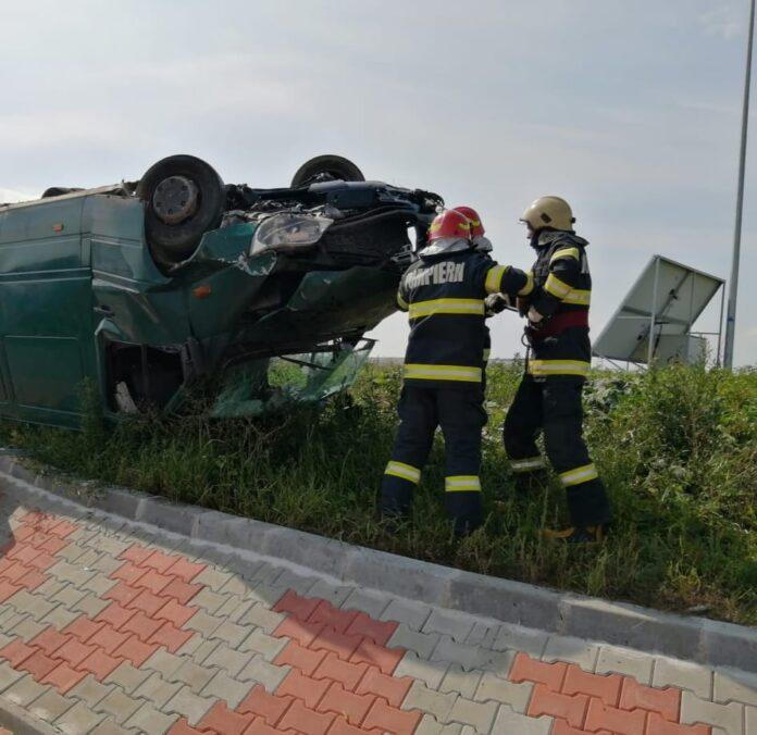 Autoutilitară răsturnată pe centura orașului Rădăuți. Două persoane au fost transportate la spital FOTO
