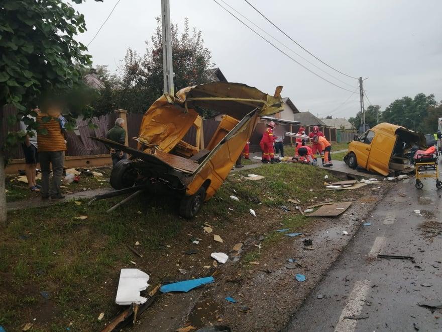 Accident rutier grav pe raza localității Drăgușeni. O autoutilitară și un autotren s-au izbit violent FOTO