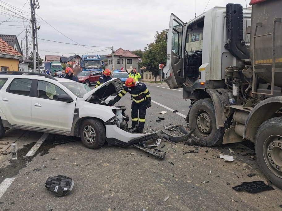 Accident rutier pe raza localității Păltinoasa. O persoană a rămas încarcerată FOTO