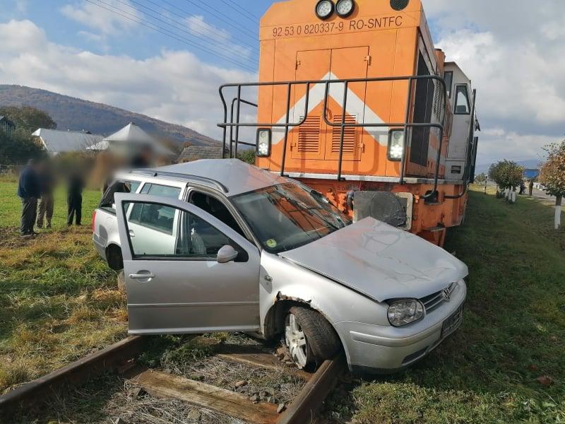 Autoturism lovit de tren, la Bivolărie. Două persoane au fost rănite FOTO