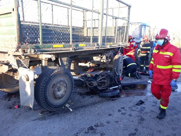 Tragedie. Un tânăr de 21 de ani și-a pierdut viața după ce s-a izbit violent cu motocicleta în remorca unui tractor FOTO - VIDEO