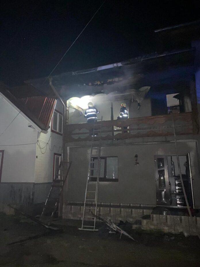 Incendiu la o casă din orașul Frasin. O femeie a avut nevoie de îngrijiri medicale FOTO