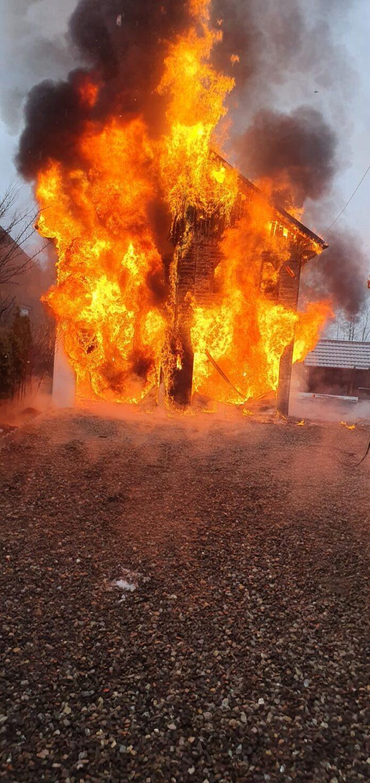Casă cuprinsă de flăcări în localitatea Dorna Candrenilor FOTO