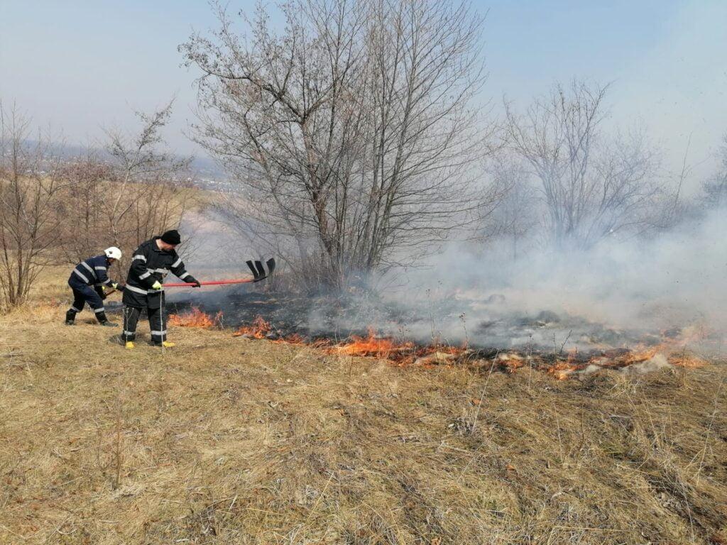 Pompierii suceveni au intervenit, într-o singură zi, pentru stingerea a 13 incendii VIDEO