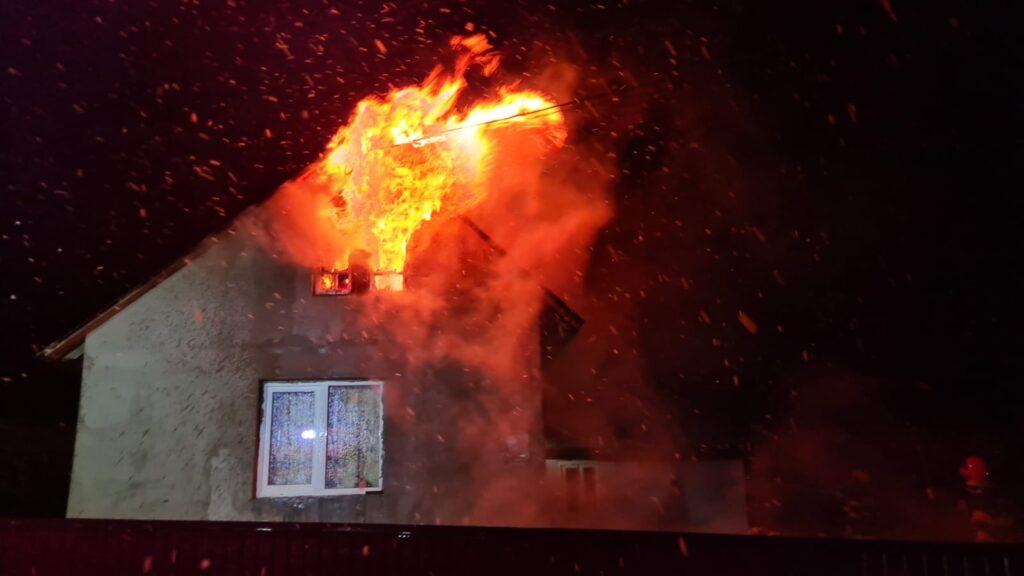 Casă cuprinsă de flăcări în localitatea Plopeni FOTO