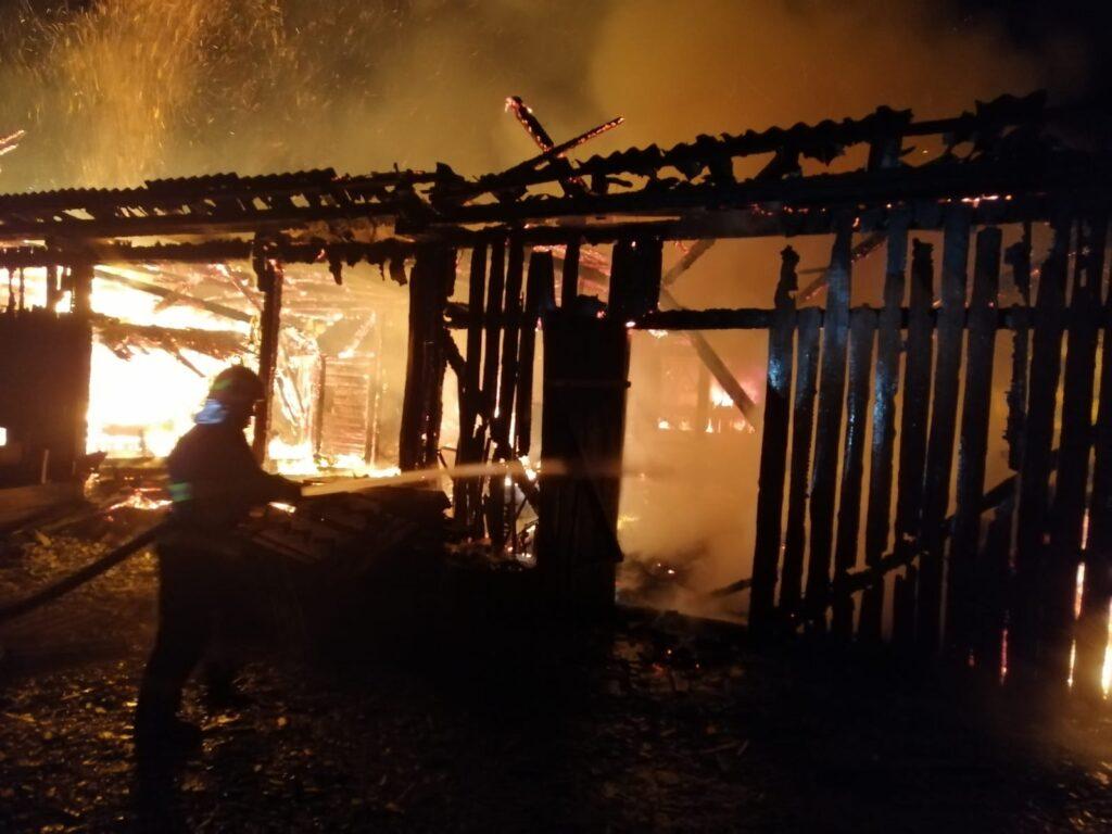 Gospodărie cuprinsă de flăcări în Ostra VIDEO