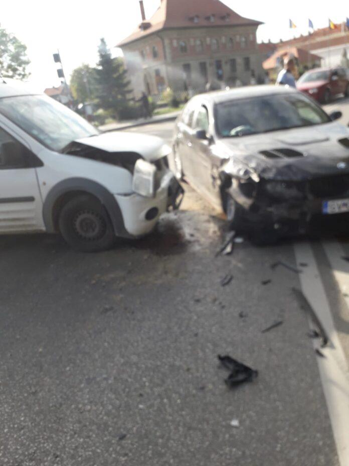 O persoană a fost rănită după ce două autoturisme au intrat în coliziune, la Rădăuți FOTO