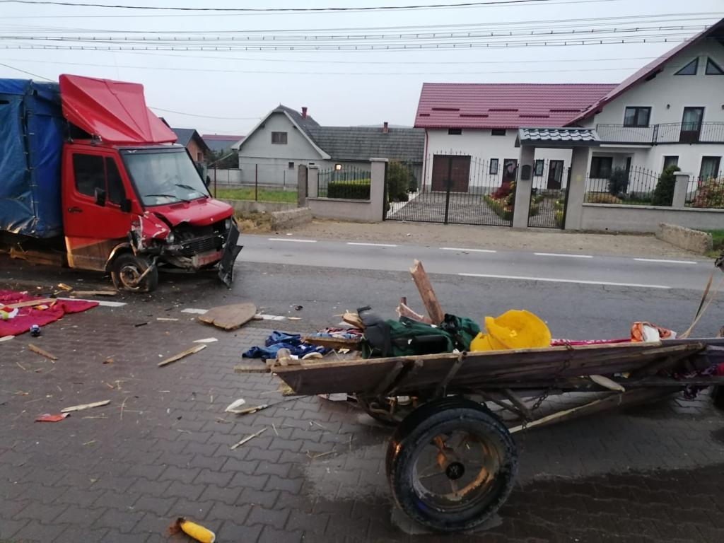 Căruță lovită de o autoutilitară, la Marginea. Trei persoane au avut nevoie de îngrijiri medicale FOTO