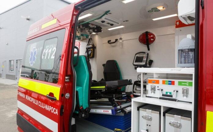 Un sucevean a ajuns în stare gravă la spital după ce a căzut de pe acoperișul unei case