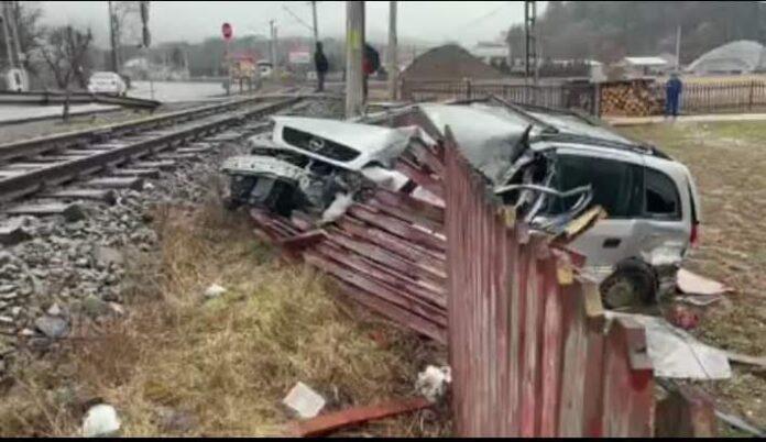 Autoturism blocat pe calea ferată, lovit de tren FOTO