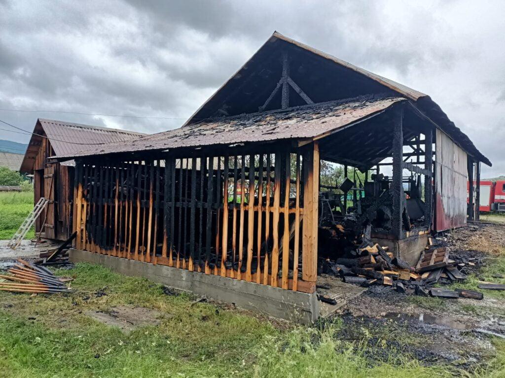 Incendiu în localitatea Mănăstirea Humorului. O persoană a avut nevoie de îngrijiri medicale FOTO