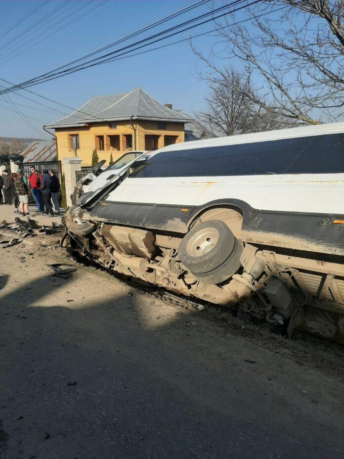 Microbuz cu 19 elevi implicat într-un accident, la Arbore FOTO VIDEO