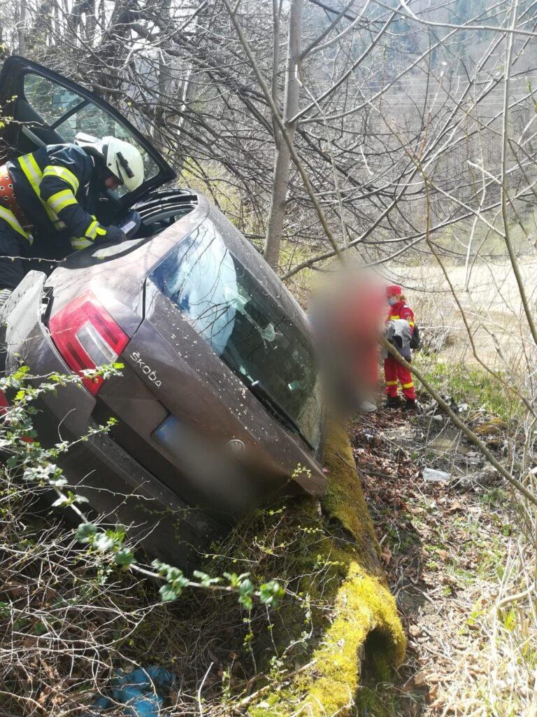O șoferiță a căzut cu mașina într-o râpă în apropierea râului Bistrița, la Broșteni FOTO