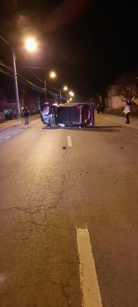 Câmpulung Moldovenesc. Un autoturism a rupt o țeavă de gaz după care s-a răsturnat FOTO
