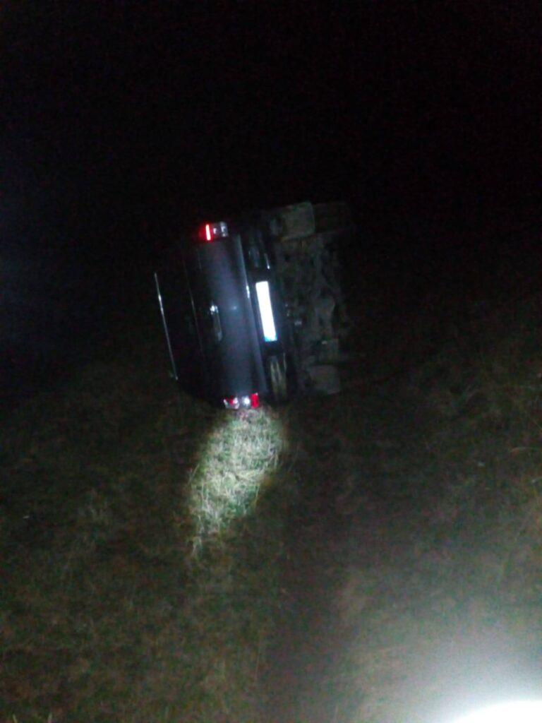 Autoturism de teren răsturnat pe un drum de munte din Brodina. Șoferul a rămas blocat în interior FOTO