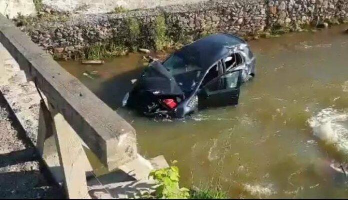 Din cauza vitezei, un tânăr de 22 de ani s-a răsturnat cu mașina în albia râului Neagra