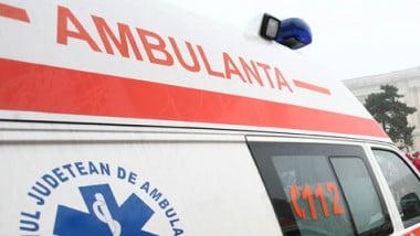 O fetiță de șapte ani din Mălini a ajuns la spital după ce a fost acroșată de un autoturism