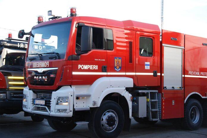 O mașină a luat foc în curtea unui localnic din Dorna Candrenilor