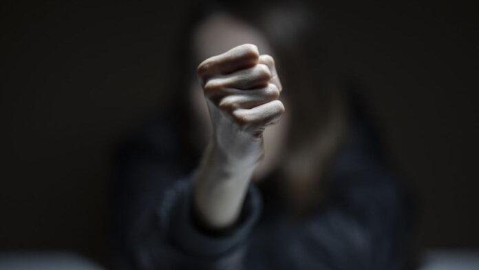 O femeie din Părhăuți și-a luat vecina la bătaie din gelozie