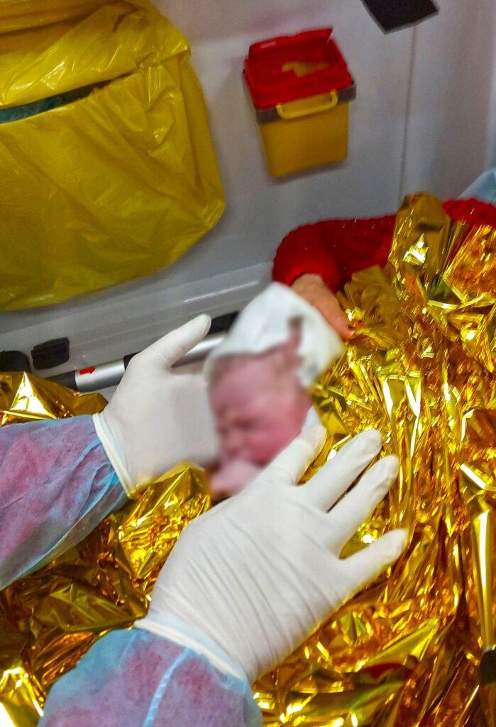 O femeie din Siliștea a născut în ambulanță, asistată de paramedicii SMURD FOTO