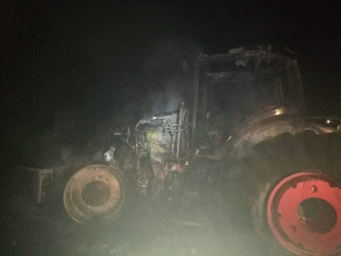 Un incendiu a distrus mai multe tractoare și o combină agricolă, la Roșcani. Focul a fost pus intenționat FOTO
