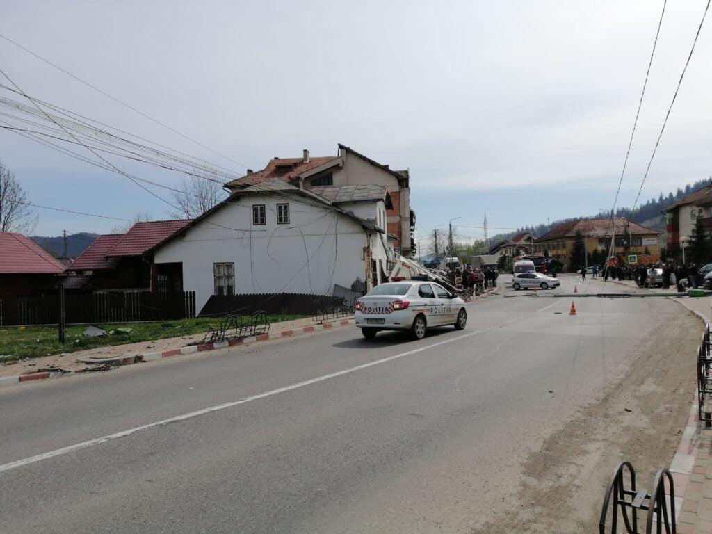 O autobasculantă încărcată cu pietriș s-a izbit violent într-o casă din Frasin FOTO VIDEO