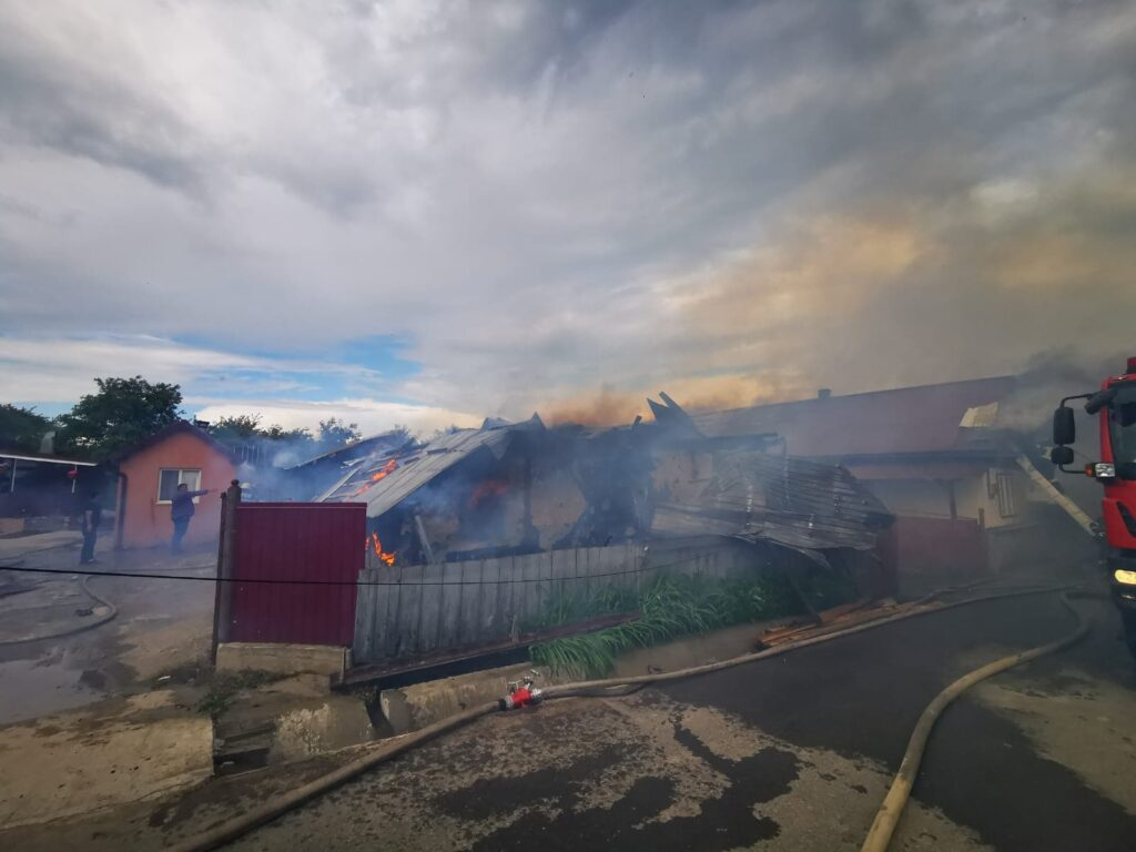 Incendiu violent la o gospodărie din Berchișești VIDEO