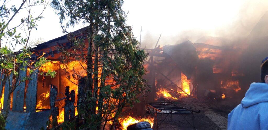 Gospodărie cuprinsă de flăcări la Frătăuții Vechi VIDEO