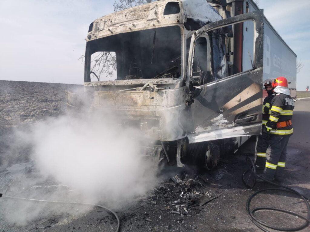 Incendiu la un cap tractor, la Bunești FOTO