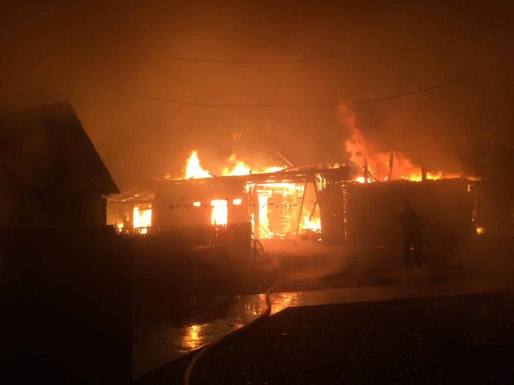 Incendiu violent la o gospodărie din Vicovu de Sus VIDEO