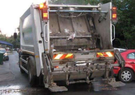 Un angajat al firmei de salubritate, accidentat mortal de mașina de gunoi pe care lucra