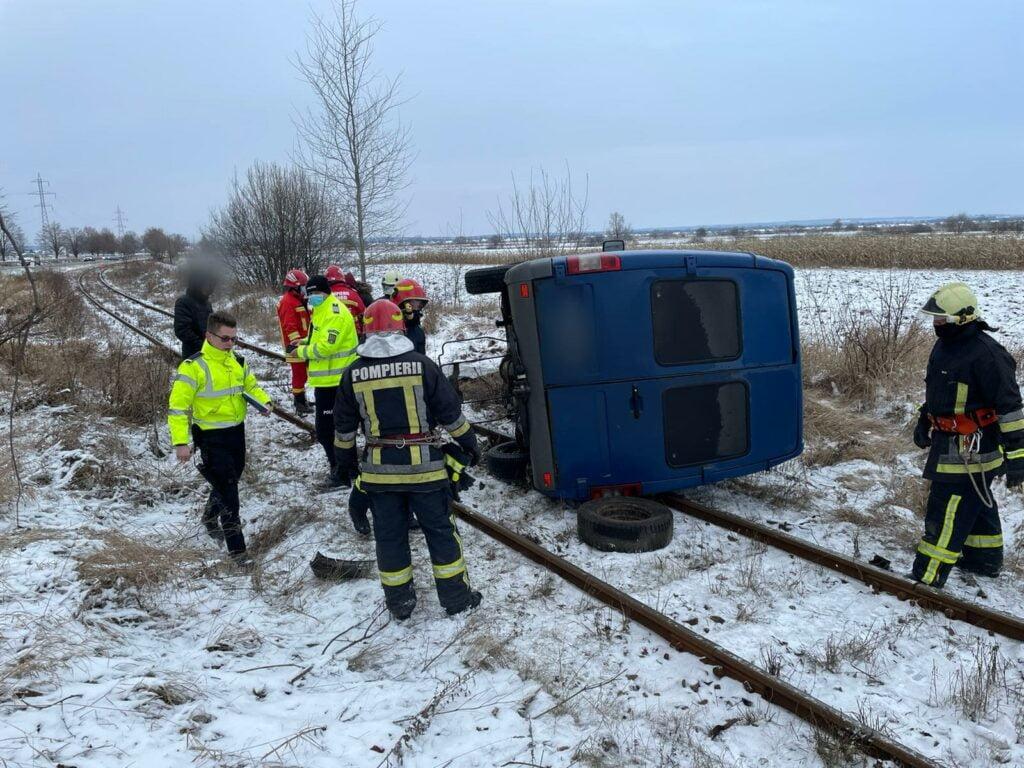 Microbuz răsturnat pe calea ferată, între Gălănești și Horodnic FOTO