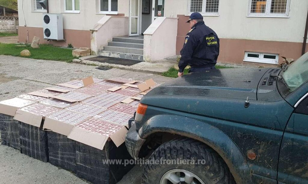 Microbuz cu țigări în valoare de peste 300.000 de lei abandonat de contrabandiști în curtea unui imobil din Straja FOTO