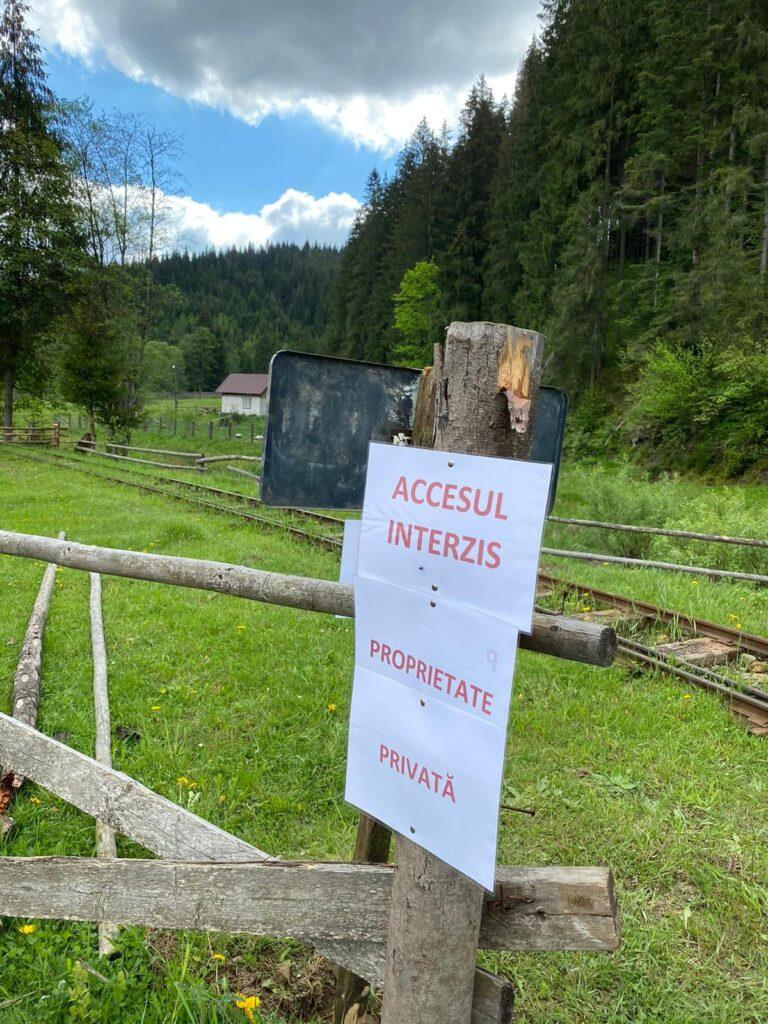 Circulația mocăniței de la Moldovița a fost blocată de niște localnici cu un bolovan FOTO