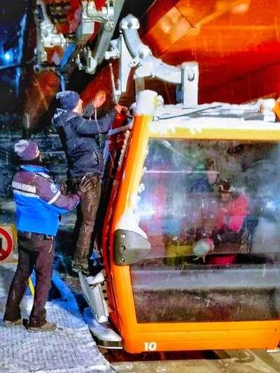 60 de turiști rămași blocați în telegondola de pe Pârtia Rarău FOTO