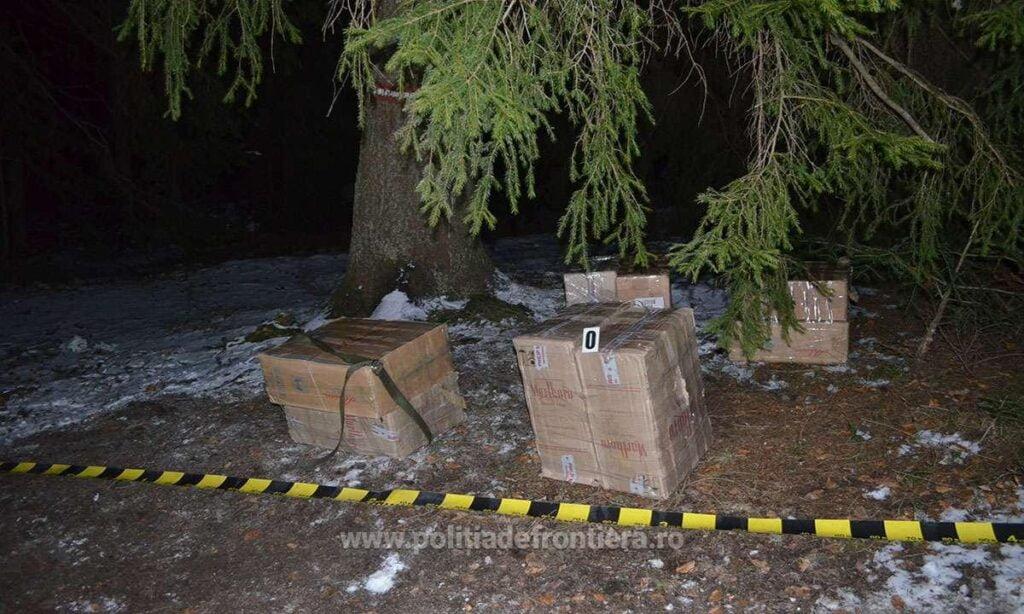 Aproape 5000 de pachete cu țigări abandonate de cărăuși, după ce polițiștii de frontieră de la Izvoarele Sucevei au tras focuri de armă FOTO