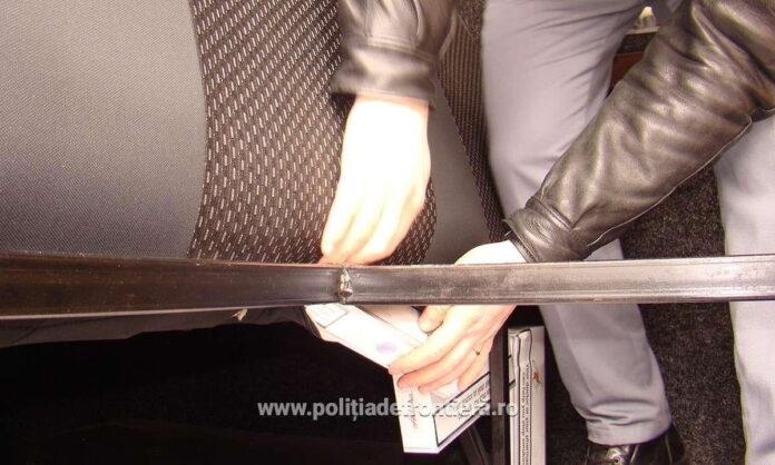Ţigări de contrabandă ascunse în bancheta din spate a unui microbuz, descoperite de polițiștii de frontieră de la Siret