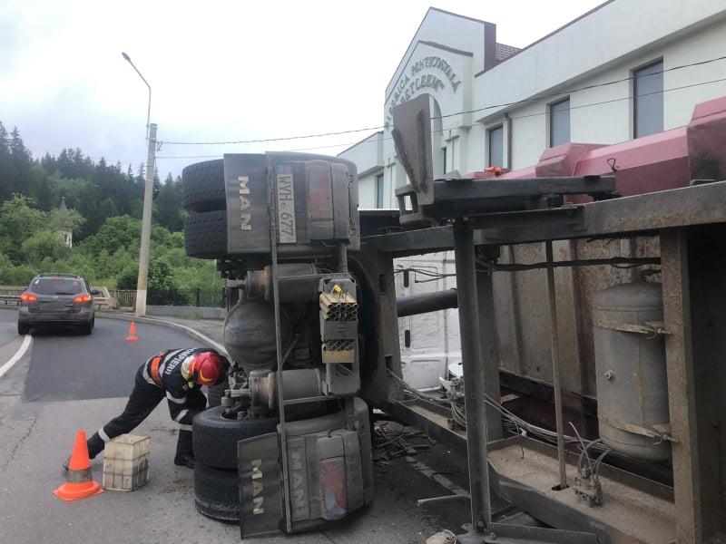 Tir încărcat cu fier vechi, răsturnat la Vatra Dornei FOTO VIDEO