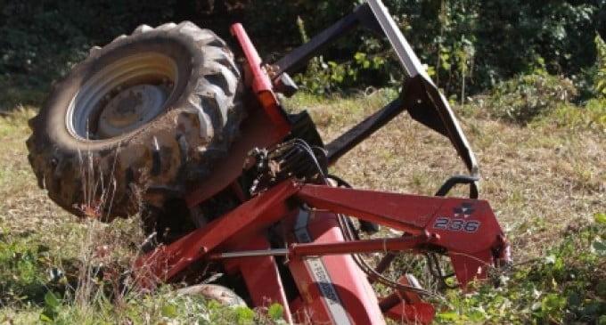 Un bărbat din Preutești s-a răsturnat cu tractorul în albia unui pârâu
